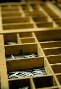Particolare di cassettiera contenente caratteri mobili fusi in piombo tipografia